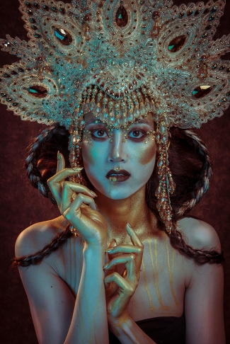 model Sarinah, make-up: Kelsy Bremmer, hair: Julia Lion Hair, headpiece: Art Maska
