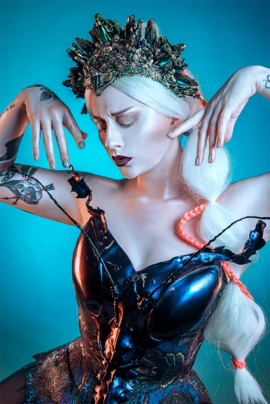 Model: Necia Navine Headpiece: Hysteria Machine Haar en make-up: Ashley Folmer korset: Rainbow Curve Corsetry